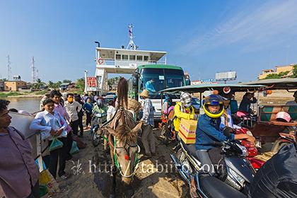 2012,01,23メコン川の渡し船b.jpg